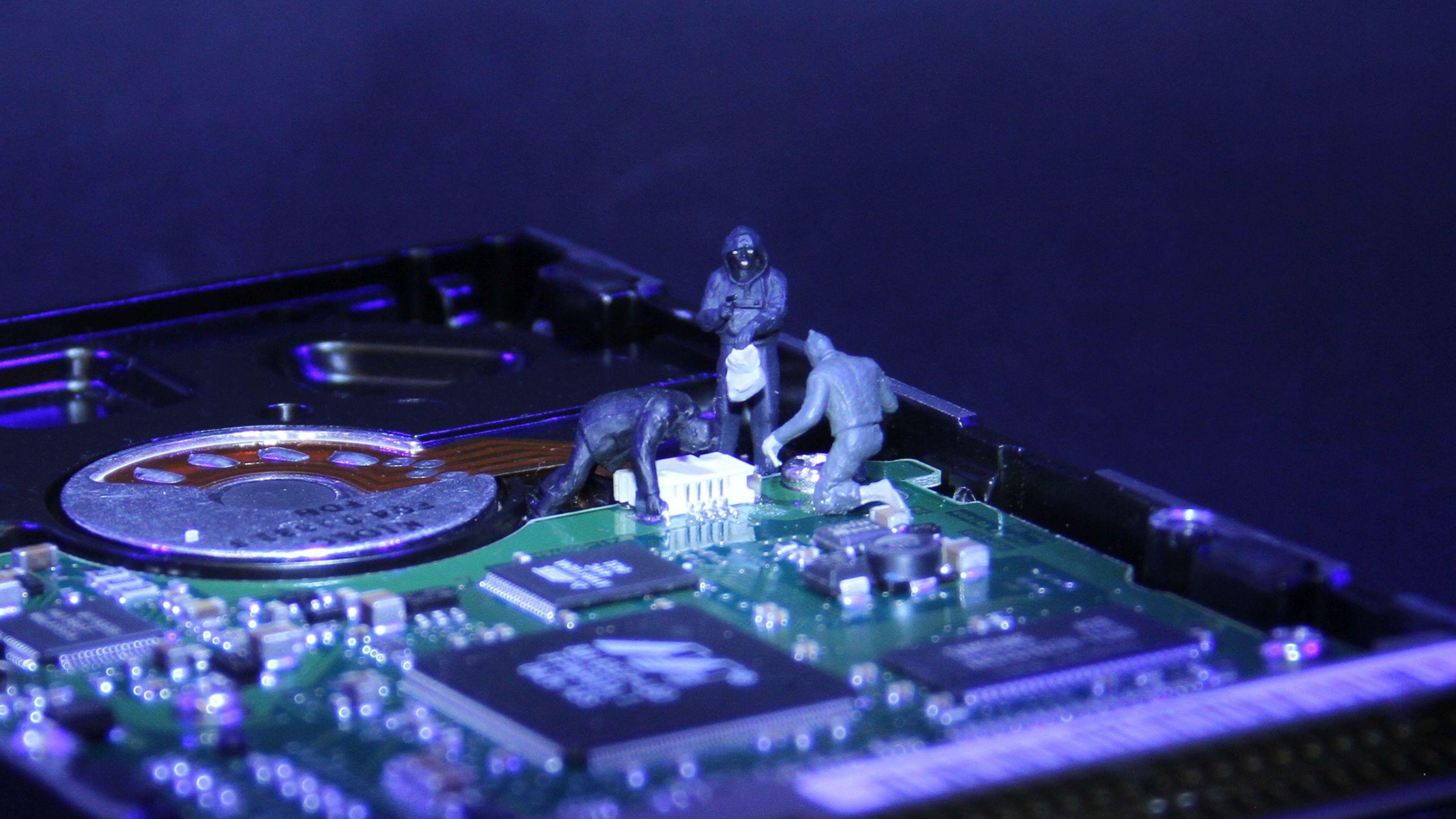 Absürt Hack Yöntemleri: Ekran Parlaklığı, Hard Disk Işıkları ve Bilgisayar Fanlarından Gelen Titreşimler Gibi Özellikleri Kötüye Kullanarak Veri Hırsızlığı Yapmak Mümkün!